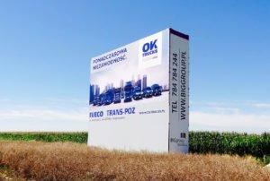 Reklama na wynajem przy autostradzie