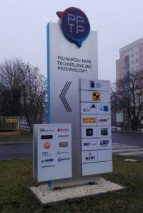 Oznakowanie przestrzenne przed wjazdem do firmy