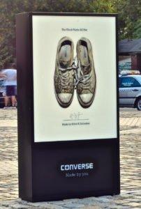 Pylon reklamowy w centrum poznania