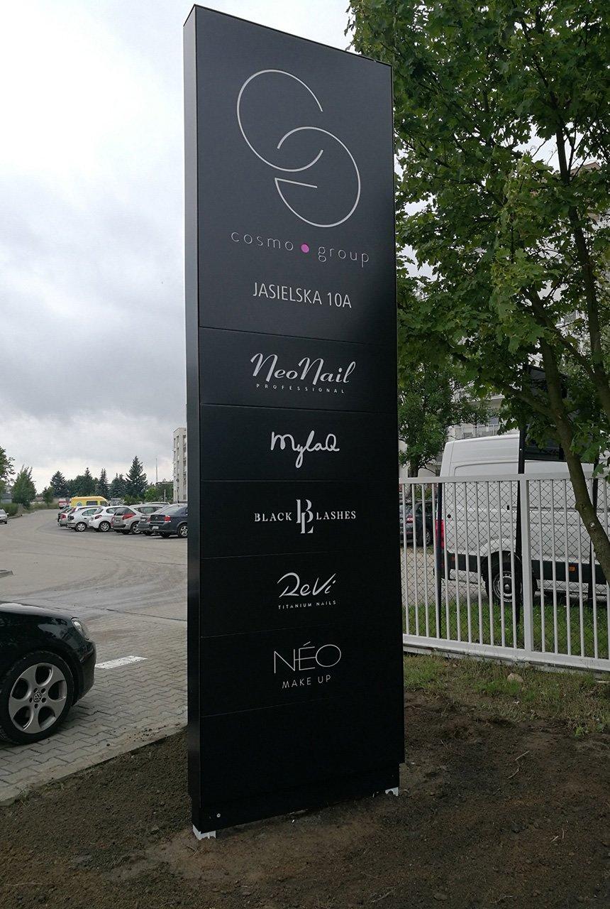 Pylon jako oznakowanie przestrzenne firmy