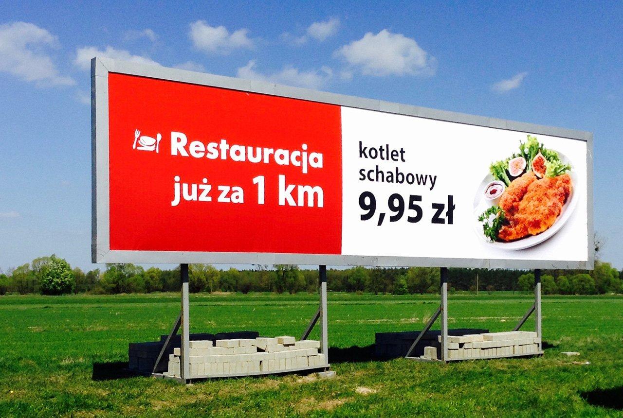Producent reklam przy autostradzie