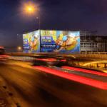 reklama wielkoformatowa w Warszawie nocą
