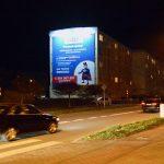 oświetlona reklama wielkoformatowa nocą