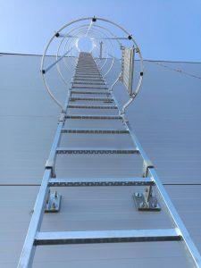 Prace wysokościowe - montaż drabin pionowych