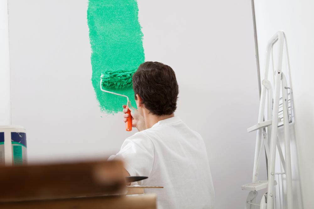 Mężczyzna malujący ściany