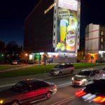 podświetlana reklama wielkoformatowa w Opolu nocą